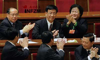 曹建明(后排中)当选为最高人民检察院检察长,代表们鼓掌祝贺 新华社记者 王建华\摄