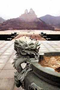 建龙热的背后,还是祖宗文化的一种体现。图为河南郑州高108米的炎黄二帝塑像  王秩庶/图