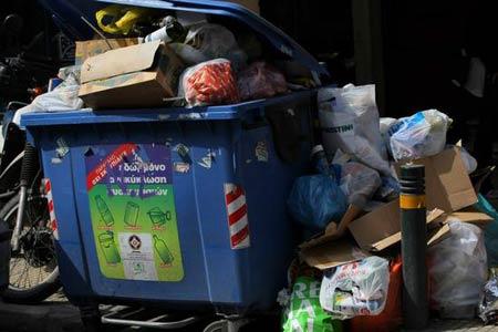 2008年3月20日,希腊首都雅典街头的垃圾箱。版权作品 请勿转载