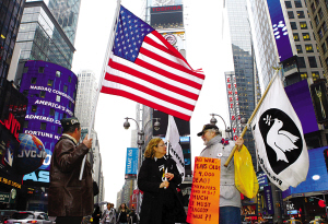 ▲反对和支持伊拉克战争的两派人士近日在纽约时报广场相遇,他们各自呼喊口号宣扬主张,唱起对台戏。新华社发