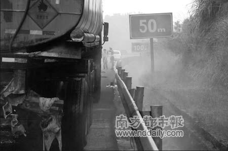 化学品运输车不幸被撞上,导致液罐后部破裂,装载的30吨盐酸几乎全部泄漏。通讯员张邦正摄