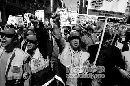 19日,希腊民众走上街头,抗议政府对高福利、高支出的养老金政策进行改革。