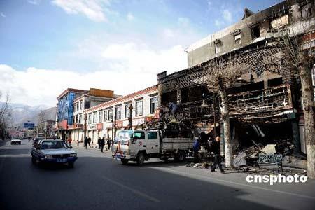 3月19日,工作人员正在清理拉萨市朵森格路被焚毁的店铺。