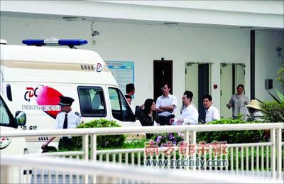 市疾控中心工作人员在学校医务室调查。