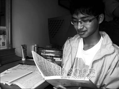 李泓业捧着小说手写稿。过去三年每周回家,其母亲都让属下文员将原稿输入电脑。本报记者刘志文摄
