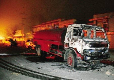 前来灭火的消防车遭到暴徒焚烧。