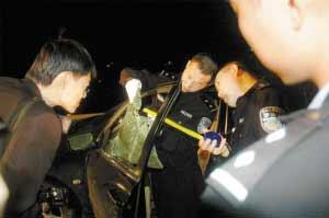 警方正在勘察击毙劫匪现场。