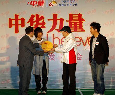 联合利华家庭护理及清洁单元副总裁康德颂先生还在现场为李永波送上了24K单曲金碟