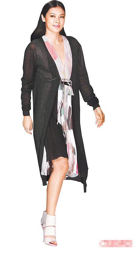 造型后 乐基儿昨晚为Chloe春夏新装走秀,成为焦点