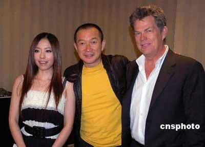 """3月19日下午,著名华人作曲家谭盾与美国著名音乐制作人大卫·福斯特、""""超女""""张靓颖在北京亮相"""