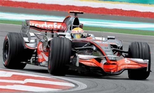 图文:[F1]雪邦第二次练习赛 汉密尔顿小心过弯