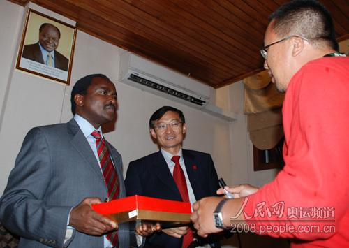 Stephen Kalonzo Musyoka副总统接受车队赠送的奥运礼品