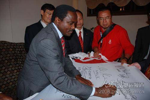 Stephen Kalonzo Musyoka副总统在奥运旗上写下了自己的祝愿