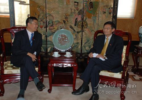 张明大使(右)听取活动组委会主席南庚戌介绍基本情况