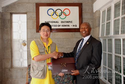 Kipchoge Keino主席接受记者赠送的人民网礼品
