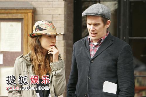 Maggie Q与伊桑-霍克在剧中扮相