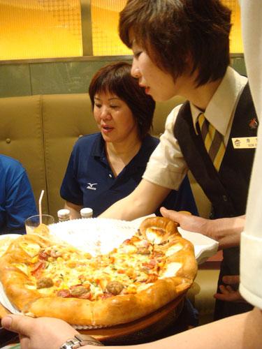 亲自做的比萨与队员们分享