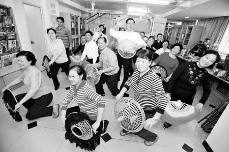 """越秀区洪桥街道客家群众聚集,排练山歌和舞蹈。每周五是洪桥客家山歌协会练舞的日子。排练是为了每个月12日的""""山歌墟""""。广州日报记者 冯昕 摄"""