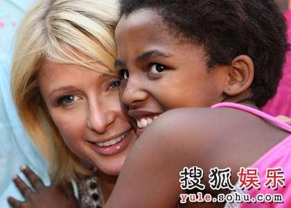 帕里斯-希尔顿和孤儿院的孩子