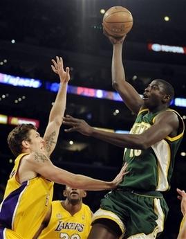图文:[NBA]湖人胜超音速 塞纳上篮