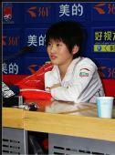 图文:女子十米台发布会 陈若琳在聆听提问