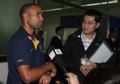 图文:[中澳战]澳队抵达昆明 澳队球员接受采访