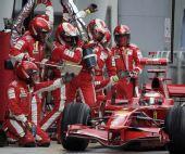 图文:[F1]马来西亚站正赛 莱科宁进站加油