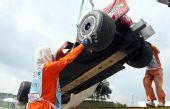 图文:[F1]马来西亚站正赛 马萨的赛车被吊走
