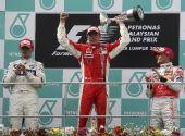 图文:[F1]马来西亚站正赛 莱科宁高举奖杯