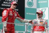 图文:[F1]马来西亚站正赛 领奖台上老乡见老乡