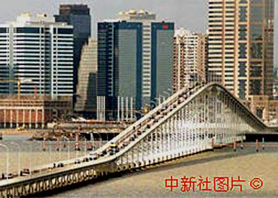 连接澳门半岛与(乙加水)仔岛之间的澳(乙加水)大桥,于1974年建成通车