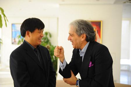 搜狐副总编梁春元与希腊参赞柯奇帝斯·思代流斯亲切交谈