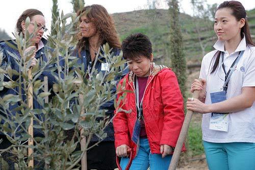 图文:罗雪娟、邓亚萍在顾拜旦墓植树 罗雪娟,邓亚萍和当地官员