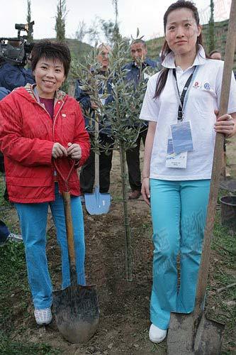 图文:罗雪娟、邓亚萍在顾拜旦墓植树 邓亚萍罗雪娟正在植树