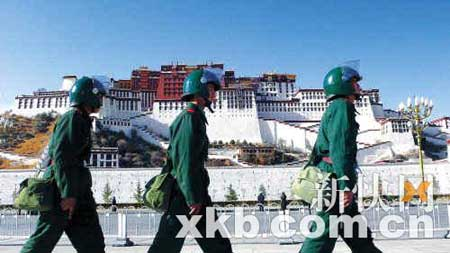 ■外国游客眼中的恐怖事件已得到平息。昨日下午,驻藏武警官兵在拉萨市巡逻,保障市区社会稳定。新快报记者 王小明/摄