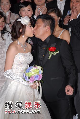 马伟豪与爱妻亲吻