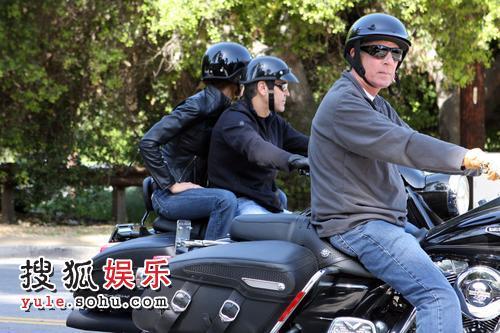 乔治-克鲁尼驾驶心爱摩托车