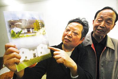 昨日,北碚,钟家姐弟展示登有父亲事迹的杂志 记者 钟志兵 摄