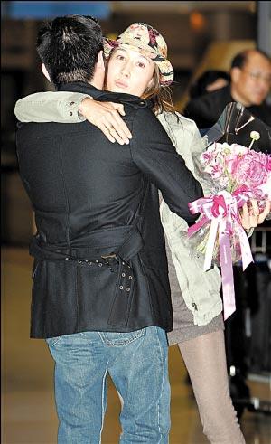 韩国一名男工作人员为Maggie Q送上鲜花时,她更大方主动与对方拥抱以示谢意