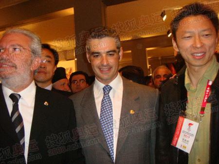 从左至右:奥林匹亚市市长、旅游部部长、张朝阳