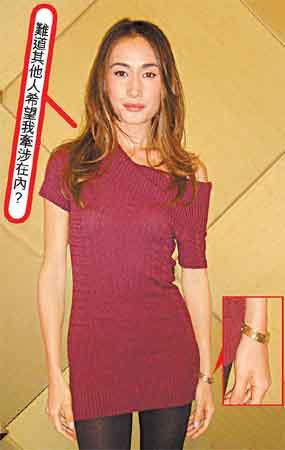 Maggie Q左手则戴上两只金色卡地亚LoveBangle系列手镯
