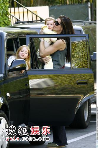 波姬-小丝抱女儿下车