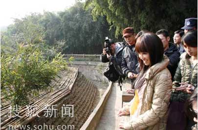 蔡依林参观大熊猫幼体别墅区