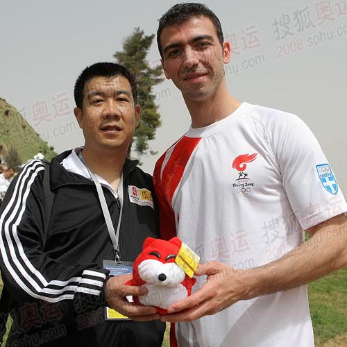 奥运官网beijing2008.cn报道团成员与奥运火炬手的合影