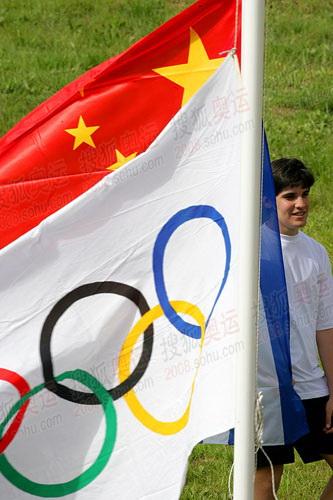 现场希腊和中国国旗飘扬