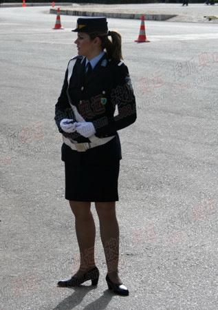 漂亮女警指挥交通