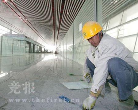 施工人员清理水电管线。 通讯员 刘时新/摄