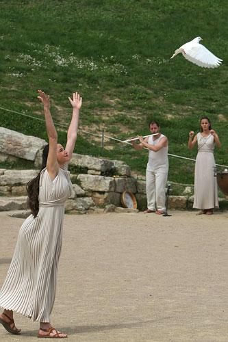 图文:女祭司放飞和平鸽