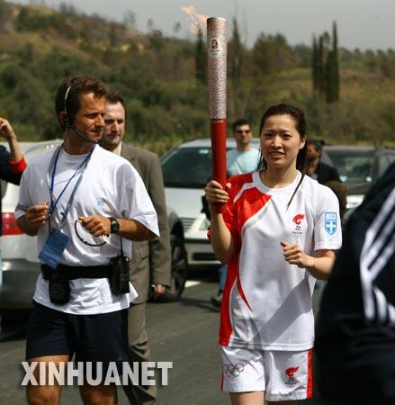 3月24日,中国火炬手罗雪娟(右)在火炬传递中。新华社记者 毕明明 摄