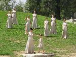 女祭司手持火炬与橄榄枝